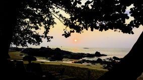 在海滩的美妙的日落 免版税库存图片