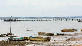 在海滩的老小船 免版税库存照片