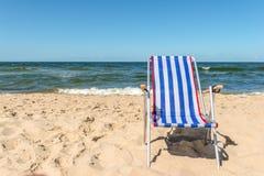 在海滩的老金属Sunbed 免版税库存照片