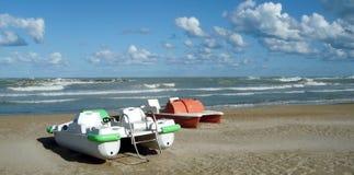 在海滩的脚蹬小船 库存照片