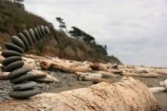 在海滩的落的岩石堆 图库摄影