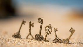 在海滩的葡萄酒万能钥匙 库存图片
