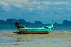 在海滩的蓝色泰国帆船附载的大艇 库存图片