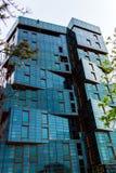 在海滩的蓝色玻璃大厦 免版税库存图片