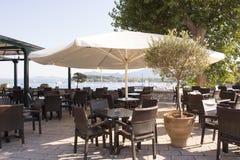 在海滩的街道咖啡馆 免版税库存照片