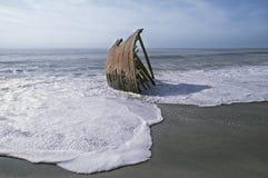 在海滩的被击毁的单桅三角帆船 免版税库存图片