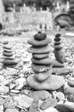 在海滩的被堆的石头 北京,中国黑白照片 免版税库存图片
