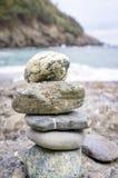 在海滩的被堆的石头 颜色女儿图象母亲二 免版税库存照片