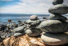 在海滩的被堆积的岩石形象 库存照片