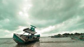 在海滩的被放弃的传统渔船 股票视频