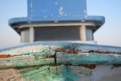 在海滩的被放弃的老小船身分 库存图片
