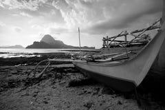 在海滩的被放弃的船 库存照片