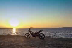 在海滩的被烧的被放弃的摩托车-扎金索斯州/Zante海岛 免版税库存照片