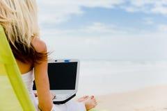 在海滩的计算机 库存图片