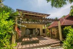 在海滩的豪华别墅位于热带海岛 免版税库存照片