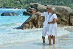 在海滩的资深夫妇 免版税库存图片
