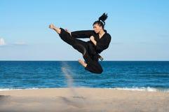 在海滩的跆拳道反撞力 免版税库存照片