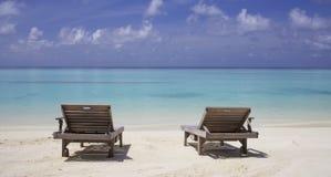 在海滩的躺椅 库存图片