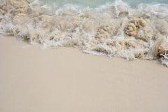 在海滩的软的波浪背景的 库存图片