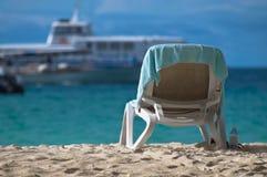 在海滩的轻便折叠躺椅 免版税库存照片