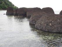 在海滩的轻石 免版税库存图片