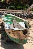 在海滩的遗弃巴厘语独木舟 免版税图库摄影