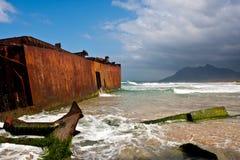 在海滩的遭到海难的小船 库存图片