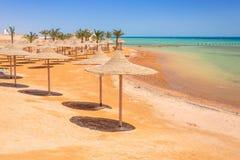 在海滩的遮阳伞红海在洪加达 免版税库存照片