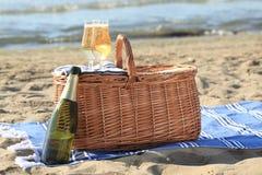 在海滩的野餐篮子 库存照片