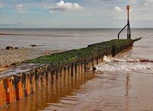 在海滩的金属防堤在西德茅斯在德文郡 免版税图库摄影