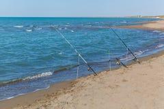 在海滩的钓鱼竿 免版税图库摄影