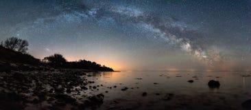 在海滩的银河弧 免版税库存图片