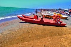 在海滩的银行的挽救小船 免版税库存图片