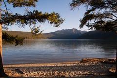 在海滩的锯齿山Redfish湖,爱达荷 免版税图库摄影