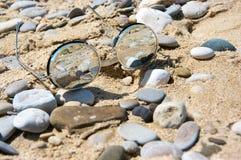 在海滩的镜子太阳镜 图库摄影