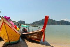 在海滩的长尾巴小船 库存照片