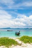 在海滩的长尾巴小船 免版税图库摄影