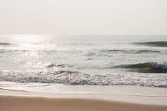 在海滩的闪耀的水 免版税图库摄影