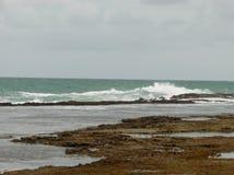 在海滩的阴天波尔图de加利尼亚斯岛 免版税库存照片