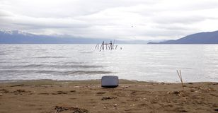 在海滩的阴极射线管普雷斯帕湖在马其顿 污染概念 库存图片