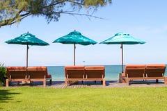 在海滩的阵营河床伞 免版税库存图片