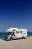 在海滩的露营者货车 免版税库存图片