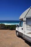 在海滩的露营者货车 库存图片