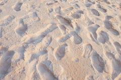 在海滩的鞋子印刷品 免版税库存照片