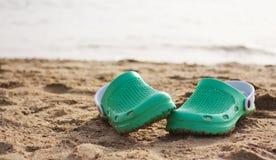 在海滩的鞋子 免版税库存照片