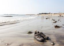 在海滩的鞋子 免版税库存图片