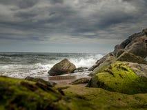 在海滩的风暴日 免版税库存照片