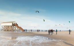 在海滩的风筝飞行在圣皮特圣徒・彼得Ording 免版税库存照片