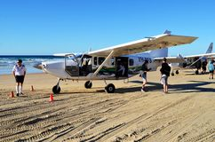 在海滩的飞机在弗雷泽岛 库存照片