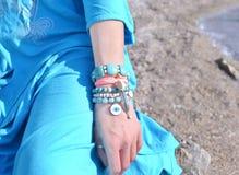 在海滩的首饰广告-绿松石宝石 库存照片